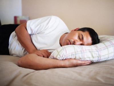 男人睡觉有讲究 这样睡对身体不好