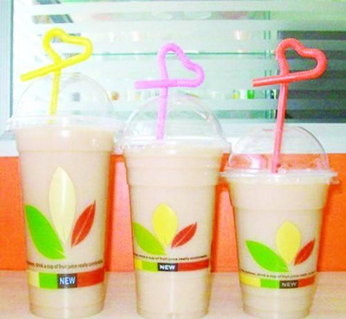 """塑料杯、塑料吸管、吸管包装袋……饮品店里""""一水儿""""塑料"""