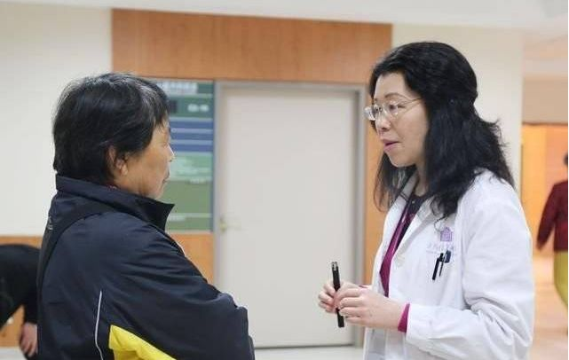 21岁女子放屁增多,确诊肠癌晚期没法救,医生:1种食物是祸根